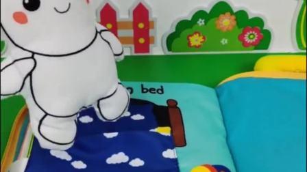 小白兔起床看到小砾在喝牛奶,小白兔也想喝,小砾把牛奶送给小白兔了