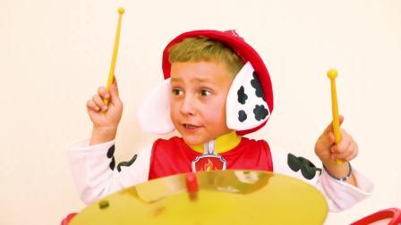 国外儿童时尚,小男孩打鼓,真厉害呀