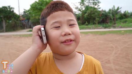 国外儿童时尚,小男孩打电话,打给谁的呢