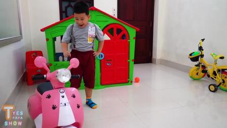 国外儿童时尚,小男孩看到新车车,非常开心