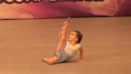 小萝莉在台上表演芭蕾,太美了台下尖叫声一片,这娃给我也来一个