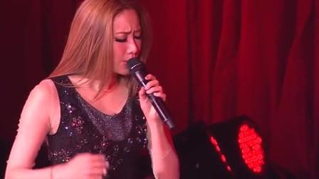 香港乐坛绝对的实力派,吴雨霏现场一首《人非草木》,最喜欢的一首