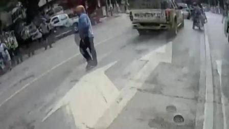 近日广西,岑溪大队城区中队在市区一路口执勤,在示意一名开摩托车的男子停车接受时,男子却试图冲卡,被拦截后,竟然拿出一把小刀指向。面对持刀...