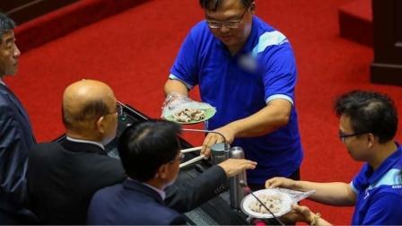 拒标瘦肉精苏贞昌称一吃就能分辨 蓝营现场端来两盘猪肉要其演示