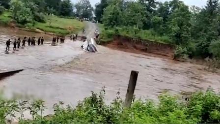 实拍:印度一载士兵大巴车过河时翻覆 有人员从车窗逃出