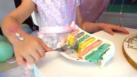 萌娃小可爱有一个好大的蛋糕,小可爱怎么在自己吃呢