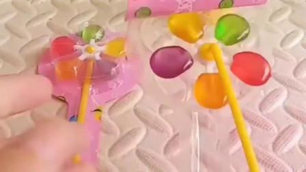 王后买了两个棒棒糖,给白雪和贝儿吃,不料贝儿把糖都拿走