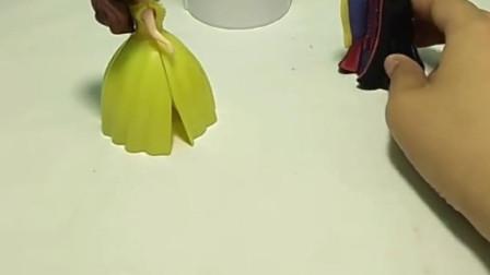 王后给贝儿买文具盒,却不给白雪买,巫婆要替可怜的白雪鸣不平!