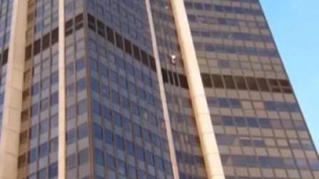 法国一男子徒手登上巴黎209米摩天大楼 结果警察在楼顶等着呢