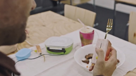 外国高科技餐具,可以安装上电池,通电后能改变食物味道!