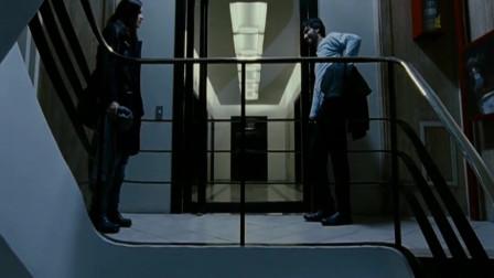 因为美女害怕坐电梯,胡子男决定陪美女爬楼梯,可是这让胡子男怎么能承受