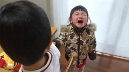 日本家庭重男轻女,哥哥抢走玩具惹哭妹妹,爸爸却不劝阻纵容哥哥