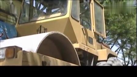 影视剧:恶霸开车堵局大门,局长开压路机:所有车辆全压平