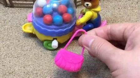 熊大叔出来卖糖了,结果见到了一个包,这个包是谁的呢?
