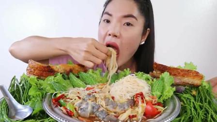 泰国吃播美女吃泰国独有的辣木瓜虾仁沙拉,吃的好享受