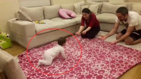 爸妈想测试宝宝更喜欢谁,同时向宝宝招手,小娃的反应太好玩了!