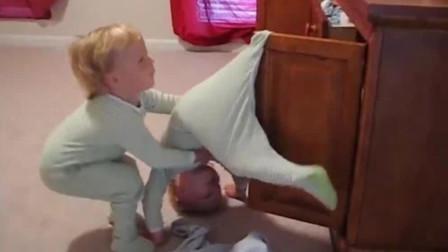 哥哥把自己挂在了柜门上,弟弟急忙跑来帮忙,妈妈看到后直接乐了