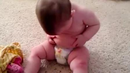 萌娃发现自己有小肚腩,一脸诧异不敢相信,疑惑地捏肚子,太逗了