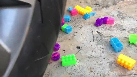 减压实验:牛人把积木、减压球、巧克力放在车轮下,好减压,勿模仿