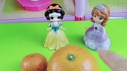白雪用橙子给苏菲亚做茶壶,还做了茶碗,白雪公主好棒呀