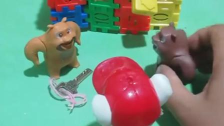 熊二的钥匙不见了,妈妈捡到了熊二的钥匙,熊二非常感谢毛毛哦!