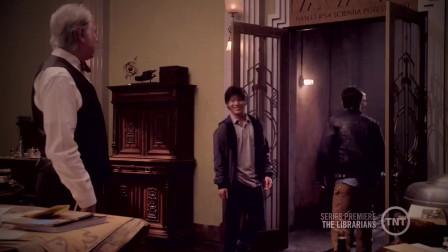 图书管理员:弗林翻阅着书记,他试图寻找证据,回到图书馆内