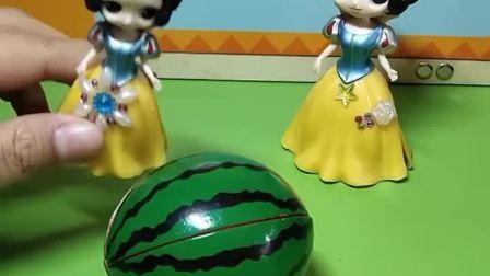 家里有一个西瓜,没想到小白雪还挺厉害的,真的打开了