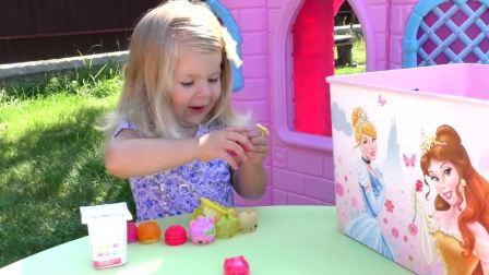 萌娃小可爱有好多小蛋糕,小可爱吃蛋糕的样子好可爱