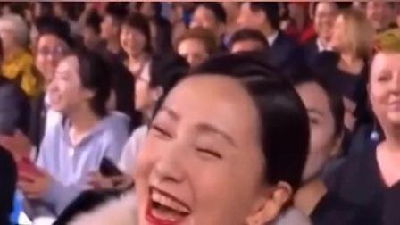 徐峥在台上对陶红比心,台下陶红笑得像个孩子一样,大概这就是爱情吧