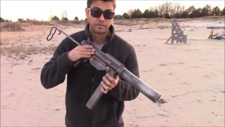 有意思的M3A1冲锋枪,射击的时候还得打开盖子,以便于抛壳!