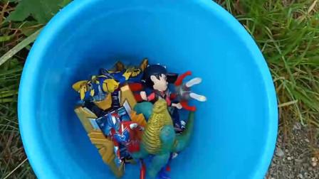 奥特曼:把找到的艾克斯奥特曼玩偶放在桶里