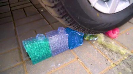 减压实验:牛人把水宝宝、冰块、蔬菜放在车轮下,好减压,勿模仿