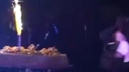 西安一高校新生过生日,3000人挥舞荧光棒齐唱生日歌,学校献上蛋糕和鲜花,现场如同演唱会!