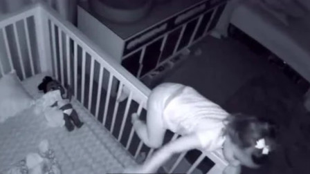 爸妈本以为两个娃都在睡觉,不料看到监控里这样一幕,直接被逗笑