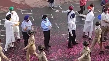 印度的防疫大军又拉出来了,还有不少娘子军,看看这待遇