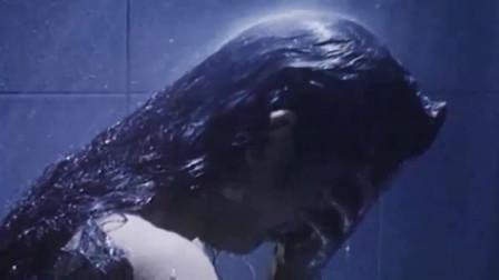 美女刚洗完澡,一帮人进来按住,来的真是时候