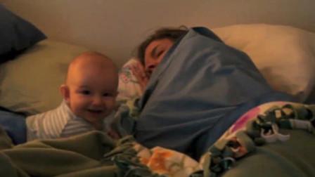 爸爸让小娃叫妈妈起床,把小娃高兴坏了,扭脸笑嘻嘻地跟妈妈亲热