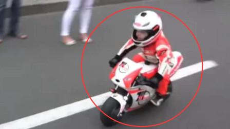 三岁小男孩变摩托车赛车手,现场展现车技引路人纷纷围观,太帅了