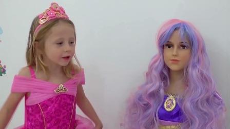 小萌娃斯泰西和芭比娃娃一起做朋友
