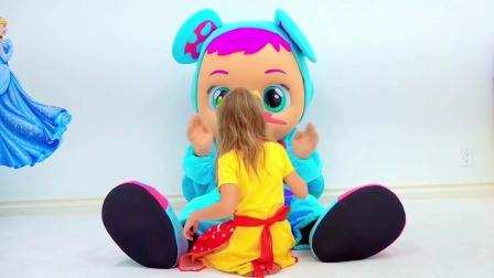 小萌娃斯泰西和大大的布娃娃