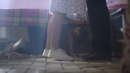 男生躲在女老师床底下,意外看到她跟男友在亲热,这就尴尬了!