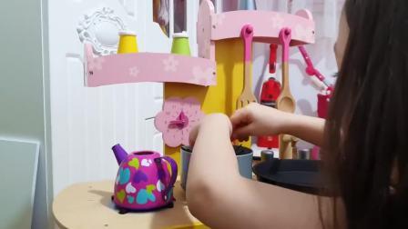 国外儿童时尚,小萝莉做了一份黑色面条,真搞怪呀