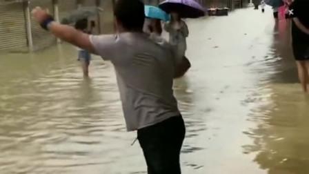 街头发大水了,别人都赶着回家,但大哥却随手就开始捕鱼太奇葩了!
