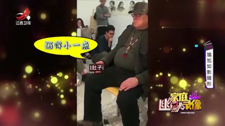 家庭幽默录像:大哥被拉来当模特,手机上的文字是他最后的倔强:把我肚子画小点