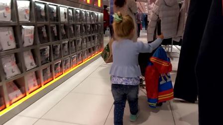 萌娃小可爱到商场,看看小可爱要买什么吧