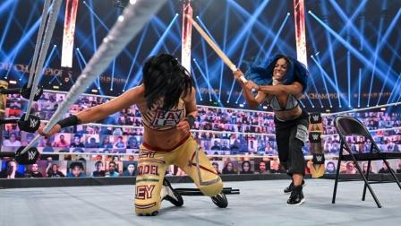 冠军对决,莎夏带伤袭击贝利,又是铁椅又是竹棍,太过瘾了!