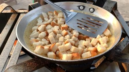 印度街头的爆款小吃:面包煎蛋饼!做法简单干净又美味,你想吃吗
