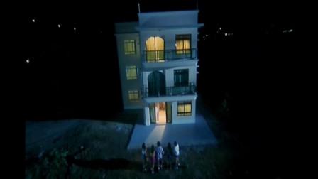 炭烧凶咒:五个年轻男女遇到鬼打墙,怎么也跑不出这个度假村。