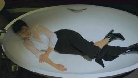 女总裁躺在浴缸里,放着水冲自己,怎料酒醒后狂按穷小子房间门铃