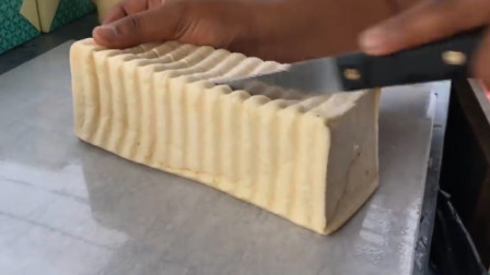 小伙为创新定制海绵蛋糕做三明治,一份8块,当地食客边吃边点头!